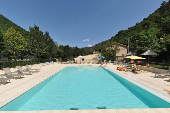 Camping les eaux chaudes digne 04 for Piscine barcelonnette