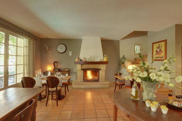 les jardins de la livr e chambres d 39 h tes villeneuve les avignon 30. Black Bedroom Furniture Sets. Home Design Ideas