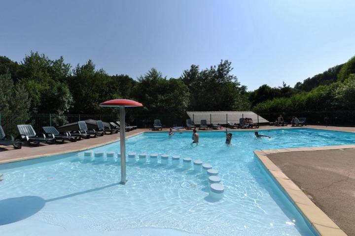 Camping les fougeres murol 63 for Piscine aquatis fougeres
